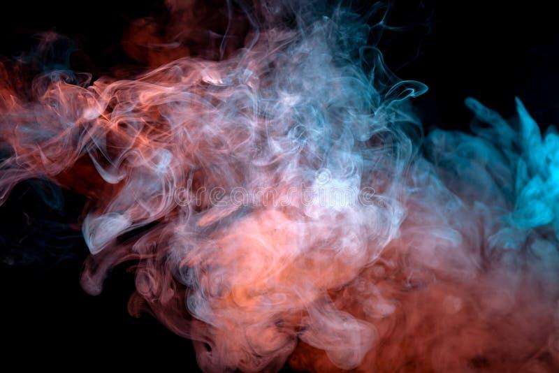 Fondo del fumo ondulato porpora, rosso e blu dell'arancia, su una terra isolata nera Modello astratto di vapore da vape di unifor immagini stock libere da diritti