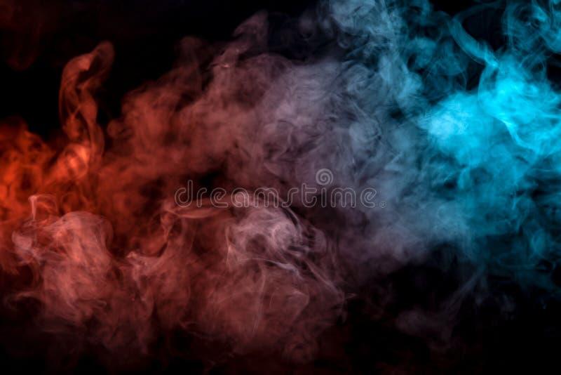 Fondo del fumo ondulato porpora, rosso e blu dell'arancia, su una terra isolata nera Modello astratto di vapore da vape di unifor immagine stock