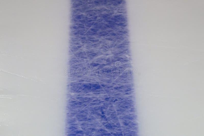 Fondo del ghiaccio con i segni pattinare e da hockey, struttura blu immagine stock