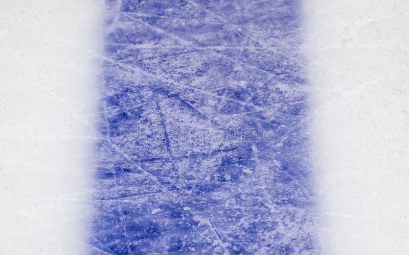 Fondo del ghiaccio con i segni pattinare e da hockey, struttura blu immagini stock