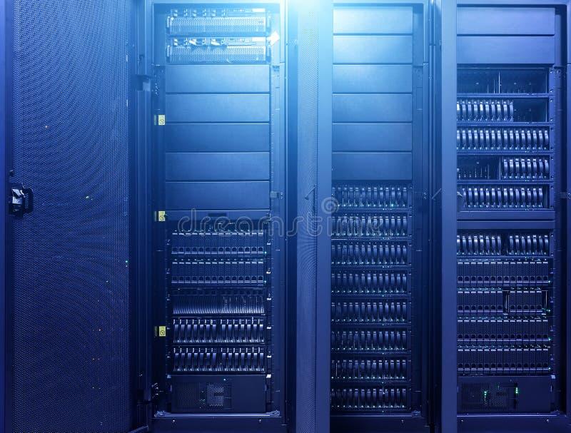Fondo del Governo del computer del centro dati Fondo di tecnologie Stanza scura del server di grandi dati con attrezzatura blu lu immagine stock libera da diritti