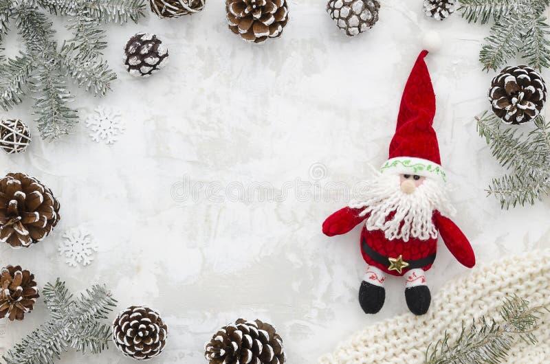 Fondo del grunge de la Navidad con las ramas del abeto y los conos del pino Marco del Año Nuevo con Papá Noel Frontera con el esp foto de archivo
