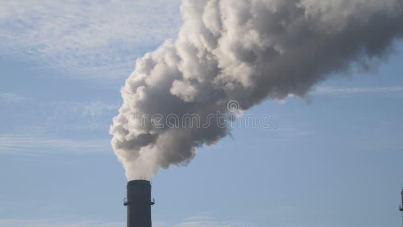 Fondo del humo de la chimenea Época en que la calefacción se enciende, período del invierno, tubos, ecología imagen de archivo libre de regalías