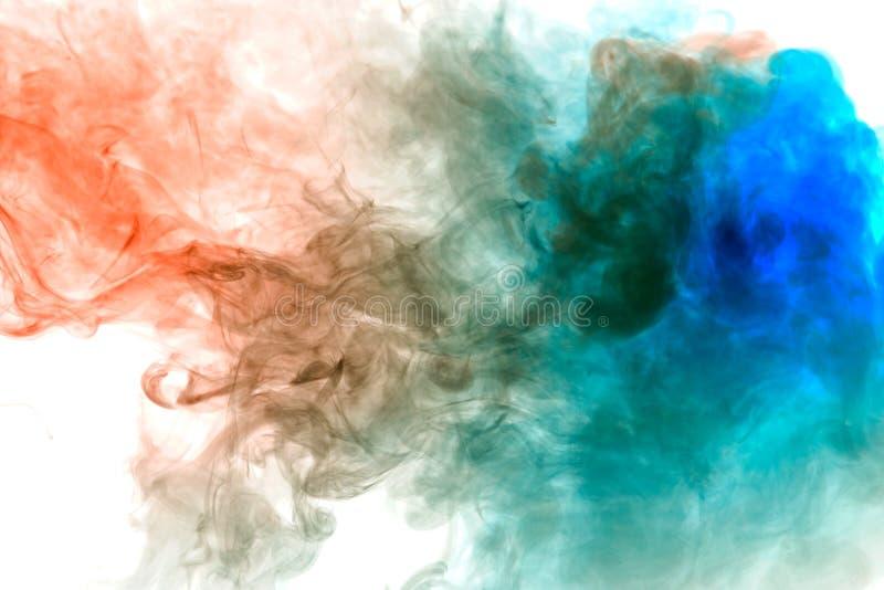 Fondo del humo ondulado azul y rojo en una tierra aislada blanca Modelo abstracto del vapor imagen de archivo libre de regalías