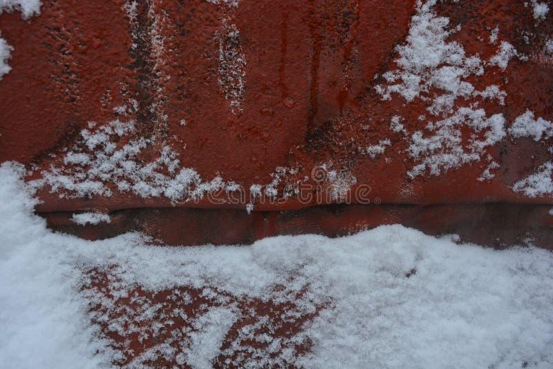 Fondo del invierno, adhiriéndose nieve, corte hermoso de las nevadas fuertes en una hoja de la construcción metálica, pintado con fotografía de archivo