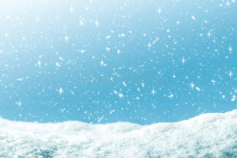 Fondo del invierno con nieve y brillo en color azul de la pendiente Contexto de la Feliz Navidad y de la Feliz Año Nuevo fotos de archivo libres de regalías