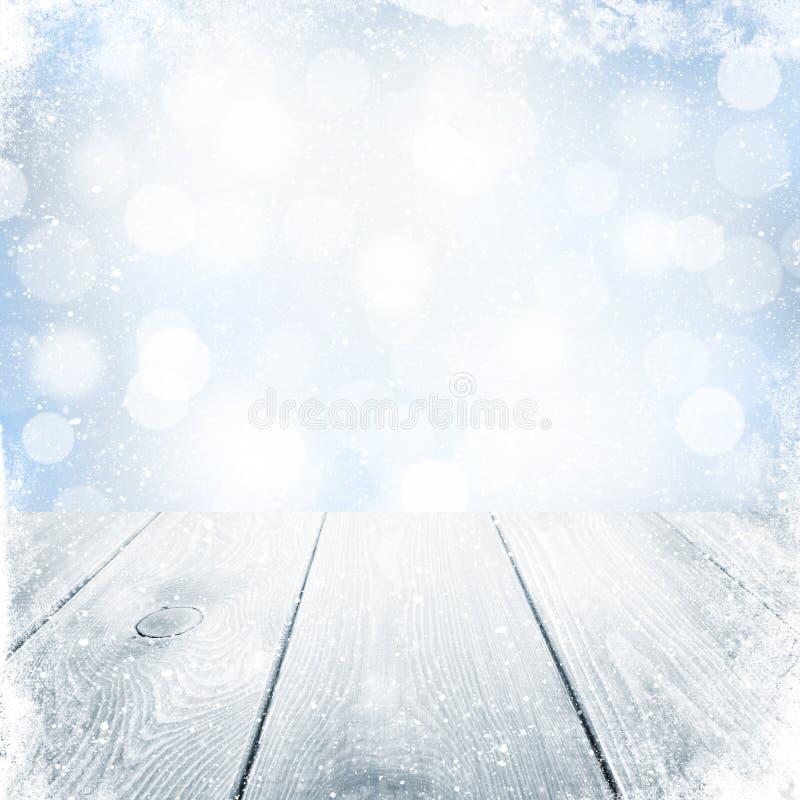 Fondo del invierno de la Navidad con nieve y la tabla de madera fotos de archivo