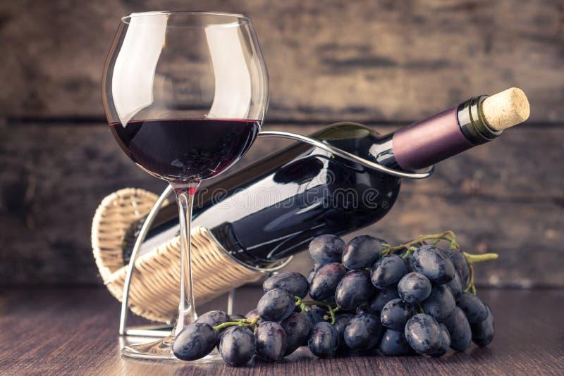 Fondo del lagar Copa con la botella de vino rojo foto de archivo