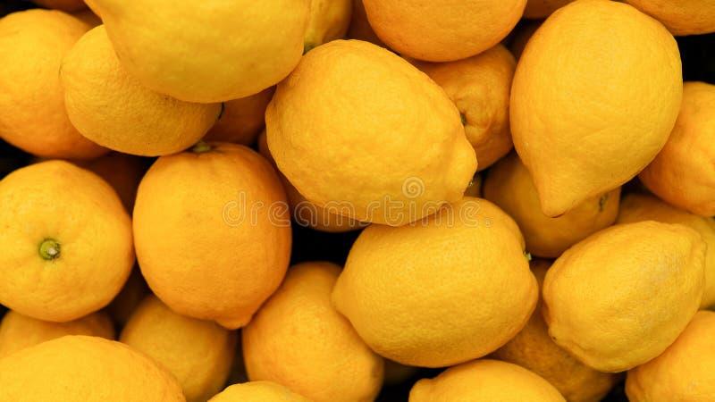 Fondo del limone Esposizione variopinta dei limoni nel mercato Alimento sano immagini stock