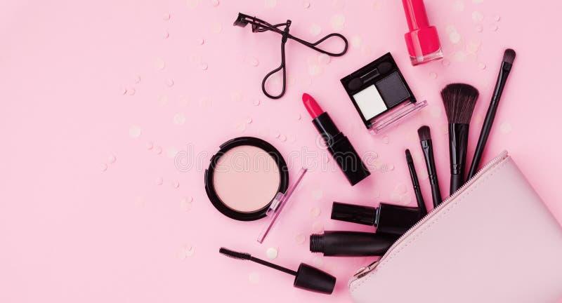 Fondo del maquillaje de la mujer con los productos de belleza y los cosméticos Opinión superior sobre la tabla rosada y el estilo imagen de archivo