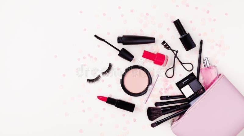 Fondo del maquillaje de la mujer con los productos de belleza y los cosméticos Visi?n superior y estilo plano de la endecha Forma imagen de archivo