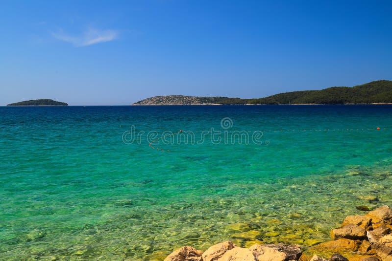 Fondo del mar, Sibenik, Croacia Agua transparente, clara en una playa ecológicamente limpia, pintoresca del verano croatian foto de archivo libre de regalías