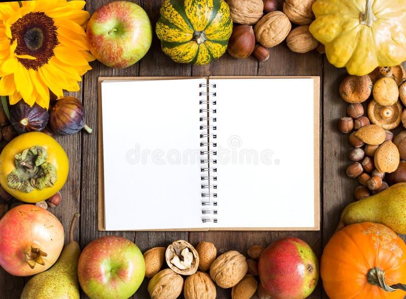 Fondo del marco del otoño con el cuaderno foto de archivo libre de regalías