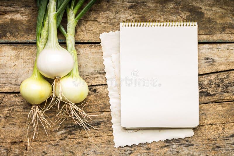 Fondo del menú Verduras en la tabla con el libro del cocinero El cocinar con el libro de la receta fotografía de archivo libre de regalías