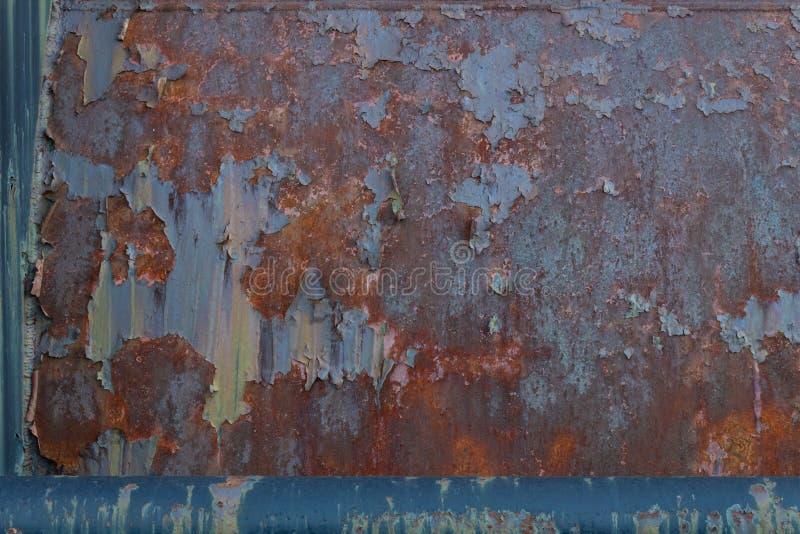 Fondo del metal con la capa pesada de moho, pelando la pátina de la pintura imágenes de archivo libres de regalías