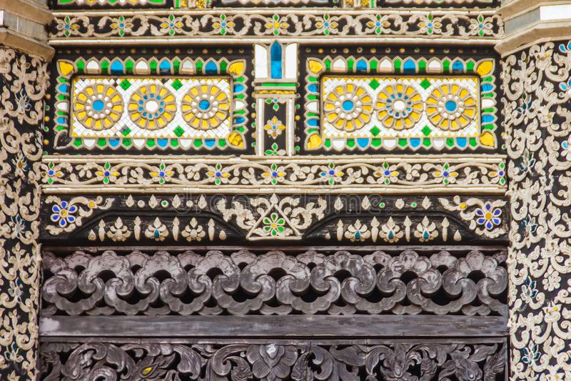 Fondo del modello dello stile di bello Lanna sull'estremità di timpano buddista della chiesa Mestieri dorati tailandesi nordici d fotografie stock