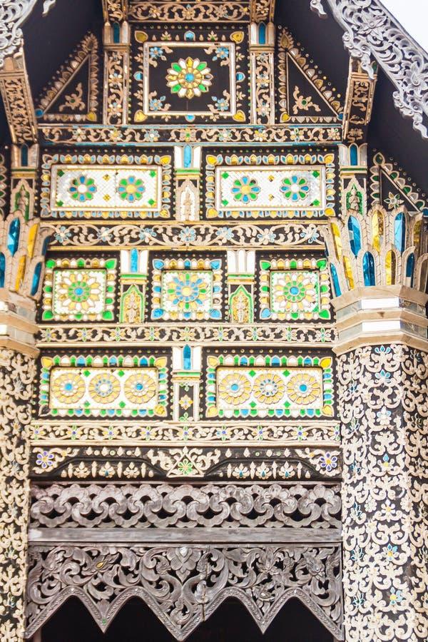 Fondo del modello dello stile di bello Lanna sull'estremità di timpano buddista della chiesa Mestieri dorati tailandesi nordici d immagini stock libere da diritti