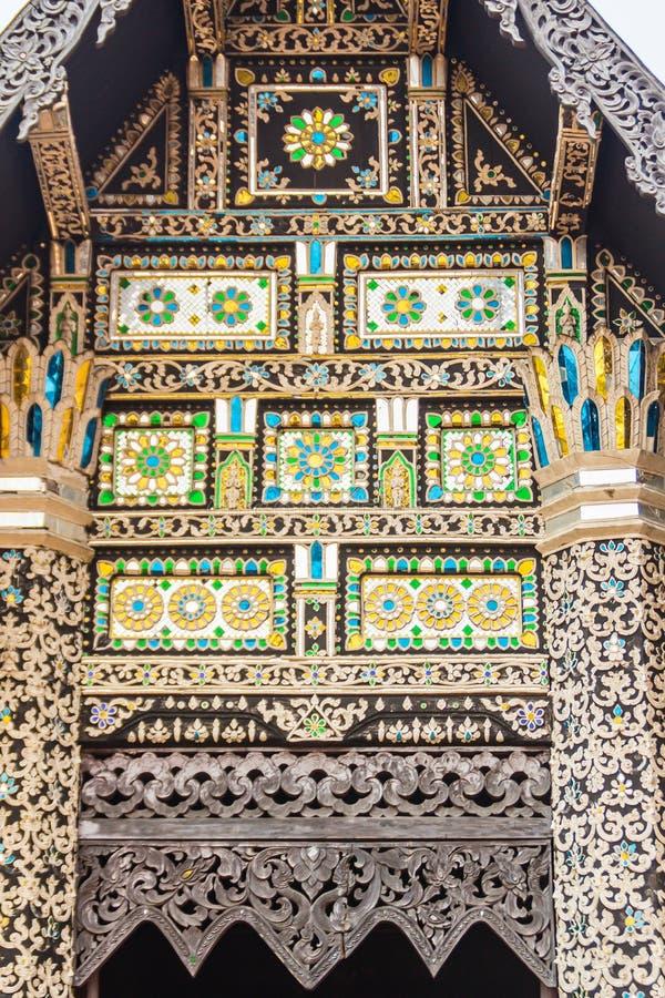 Fondo del modello dello stile di bello Lanna sull'estremità di timpano buddista della chiesa Mestieri dorati tailandesi nordici d fotografia stock libera da diritti
