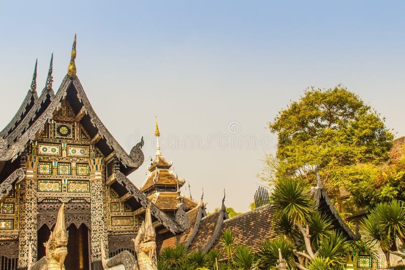 Fondo del modello dello stile di bello Lanna sull'estremità di timpano buddista della chiesa Mestieri dorati tailandesi nordici d fotografia stock
