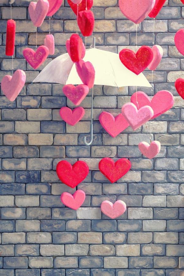 Fondo del muro di mattoni con il simbolo del cuore dell'annata di amore variopinto fotografia stock libera da diritti