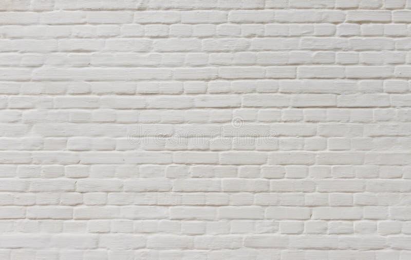 Fondo del muro di mattoni d'annata coperto di gesso bianco immagini stock