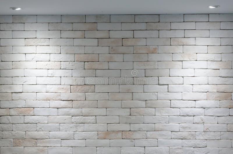 Fondo del muro di mattoni e luce due dalla lampada fotografia stock