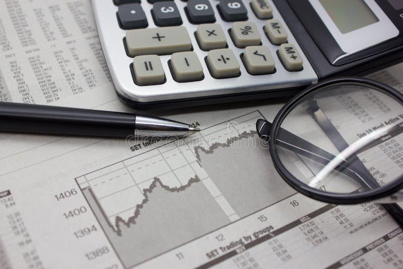 Fondo del negocio con la calculadora y la pluma imágenes de archivo libres de regalías
