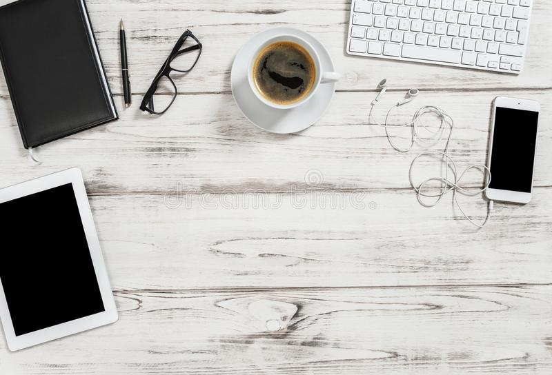 Fondo del negocio del teléfono móvil de la PC de la tableta del café del escritorio de oficina imagenes de archivo