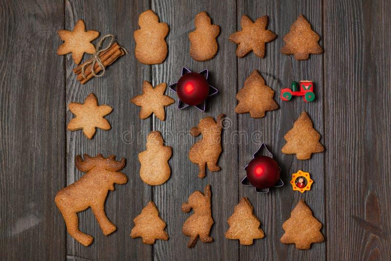 Fondo del nuovo anno con i biscotti e le decorazioni festivi immagine stock