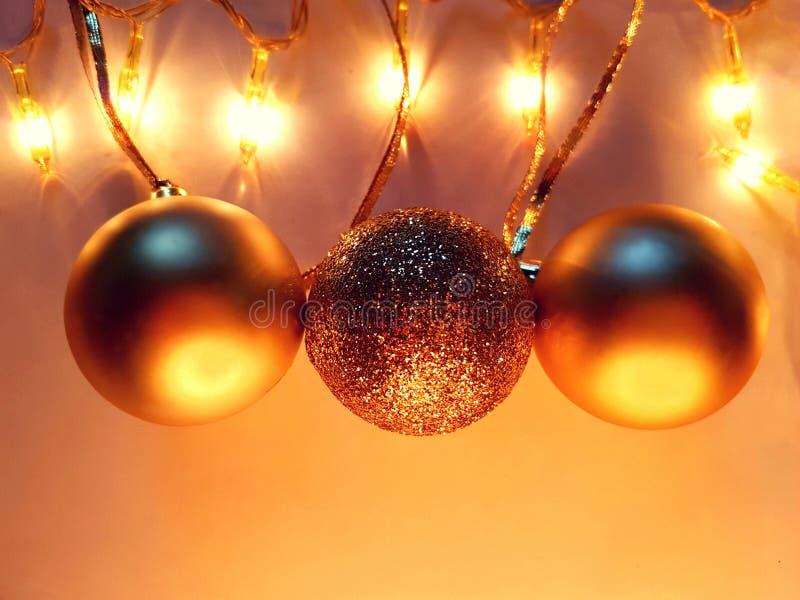 Fondo del nuovo anno con le palle dorate brillanti fotografia stock libera da diritti