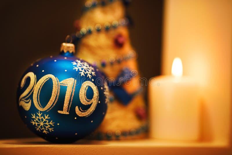 Fondo 2019 del nuovo anno e di Natale con la palla blu scuro fotografie stock libere da diritti