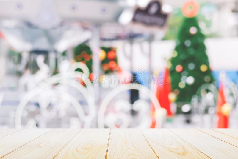 Fondo del nuovo anno e di Natale, piano d'appoggio di legno con l'albero vago di chrismas della decorazione e fondo del bokeh immagini stock libere da diritti