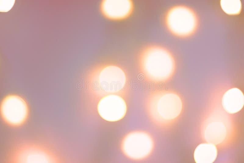 Fondo del A?o Nuevo de la Navidad El bokeh de oro de la guirnalda enciende el contexto rosáceo en colores pastel Plantilla para l ilustración del vector