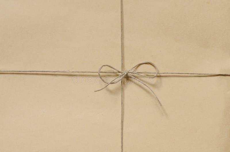 Fondo del pacchetto del cartone legato con cordicella fotografia stock