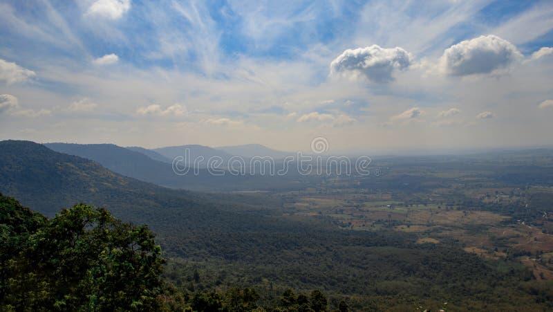 Fondo del paesaggio, montagna con cielo blu e nuvola fotografia stock