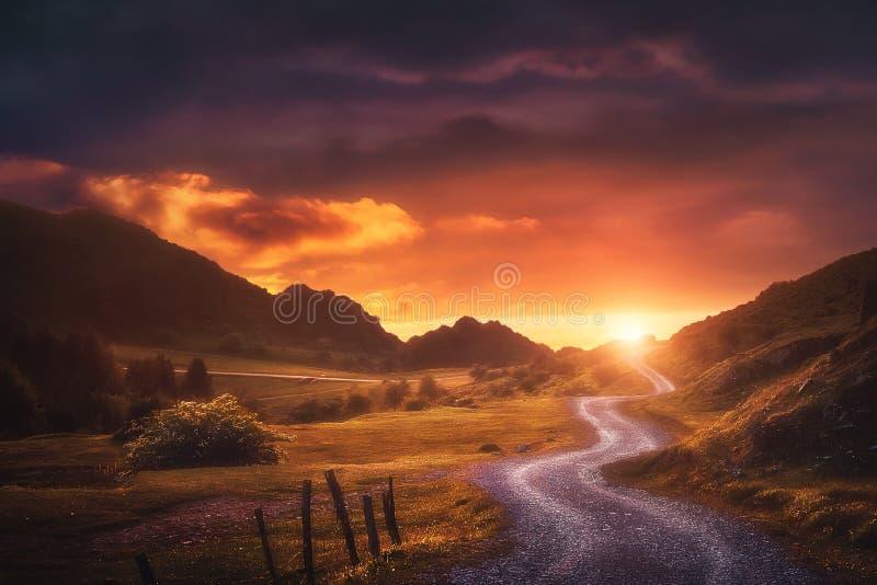 Fondo del paisaje con la trayectoria en Urkiola en la puesta del sol foto de archivo