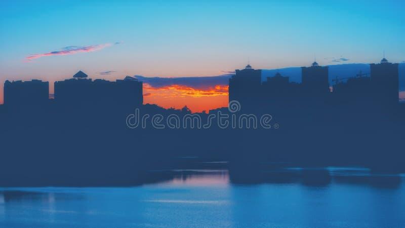 Fondo del paisaje urbano de la puesta del sol de la noche fotos de archivo