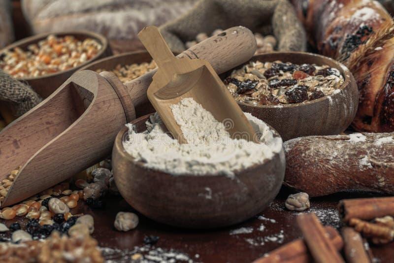 Fondo del pan Brown y panes enteros blancos del grano envueltos en la composición del papel de Kraft en la madera oscura rústica  imagen de archivo