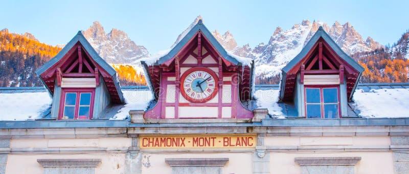 Fondo del panorama de la estación de tren de Chamonix, de los picos de Mont Blanc, de Francia y de montaña imagen de archivo libre de regalías