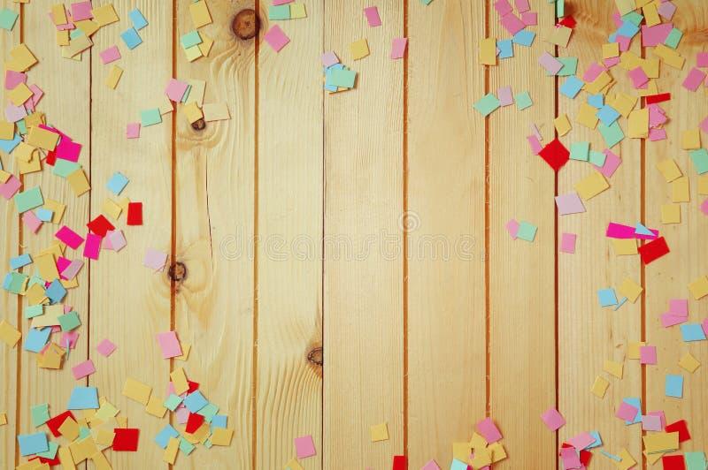 Fondo del partido con confeti colorido imágenes de archivo libres de regalías