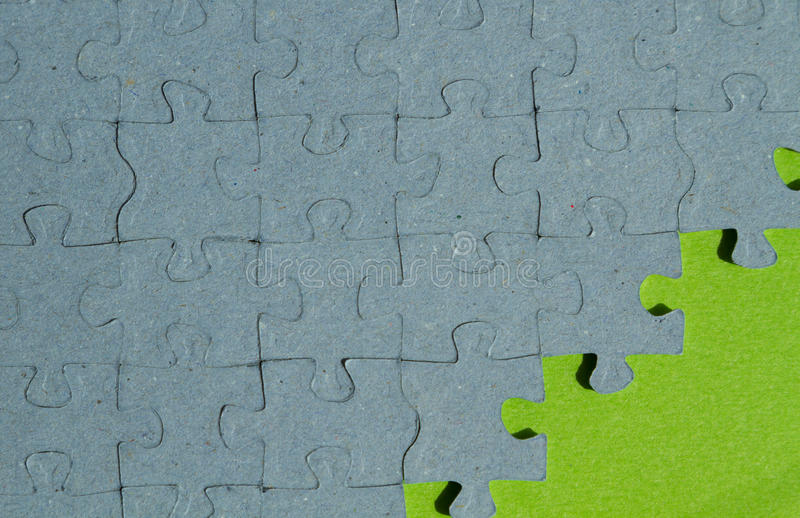 Fondo del pedazo del rompecabezas con el fondo verde fotos de archivo libres de regalías