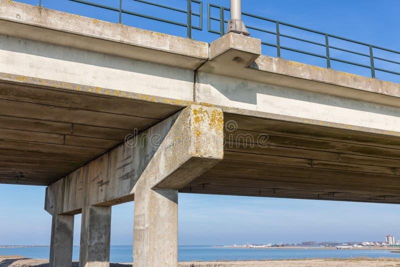 Fondo del ponte concreto vicino a Lelystad, Paesi Bassi fotografie stock libere da diritti