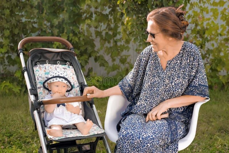 Fondo del retiro Concepto de familia feliz Abuela con la nieta Family Entertainment fotografía de archivo libre de regalías