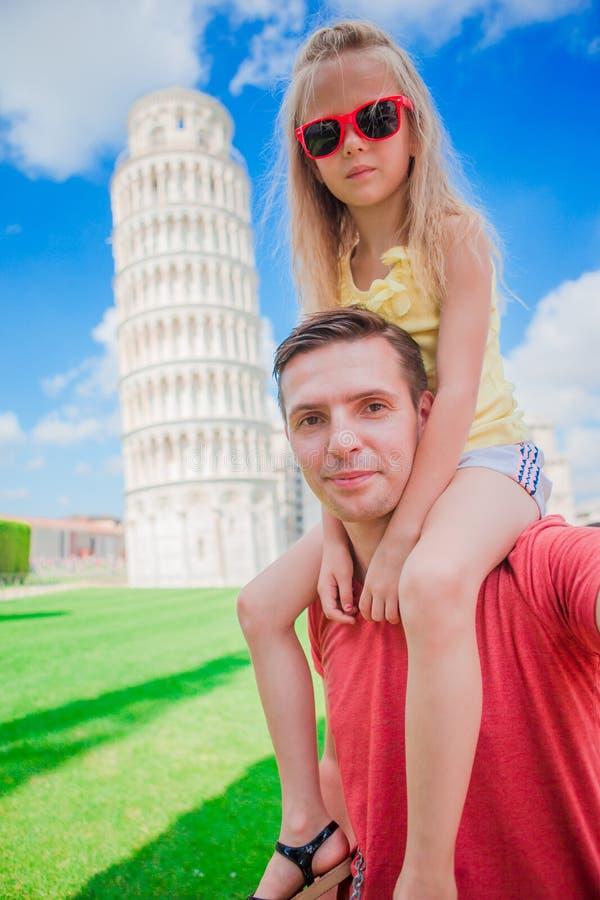 Fondo del ritratto della famiglia la torre d'apprendimento a Pisa Pisa - viaggio ai posti famosi in Europa fotografia stock