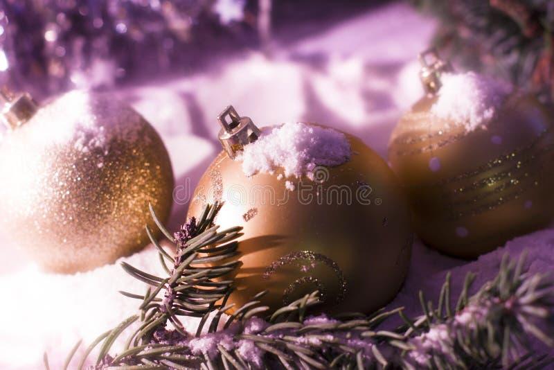 Fondo del ` s de la Navidad nevosa del oro de la tarjeta de felicitación y del Año Nuevo imagen de archivo libre de regalías