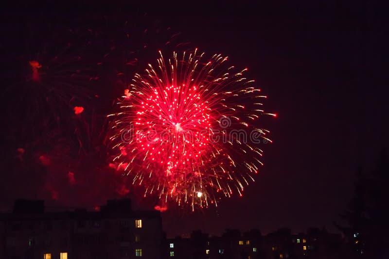 Fondo del saluto colorato multi e del primo piano dei fuochi d'artificio su un fondo nero fotografie stock libere da diritti