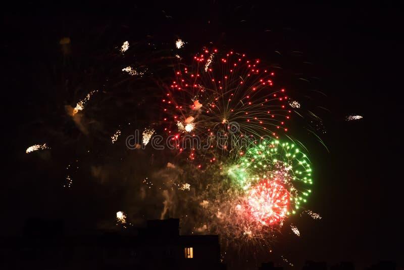 Fondo del saluto colorato multi e del primo piano dei fuochi d'artificio su un fondo nero immagini stock libere da diritti