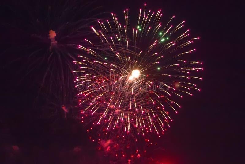 Fondo del saluto colorato multi e del primo piano dei fuochi d'artificio su un fondo nero fotografie stock