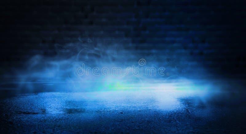 Fondo del sitio vacío con los proyectores y de las luces, fondo púrpura abstracto con el resplandor de neón foto de archivo libre de regalías