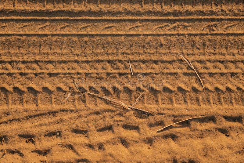 Fondo del suelo seco en colores calientes imagenes de archivo